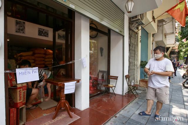 Một gia đình ở phố cổ Hà Nội bỏ tiền túi mua hơn 10 tấn gạo phát miễn phí cho người dân gặp khó khăn vì dịch - Ảnh 1.
