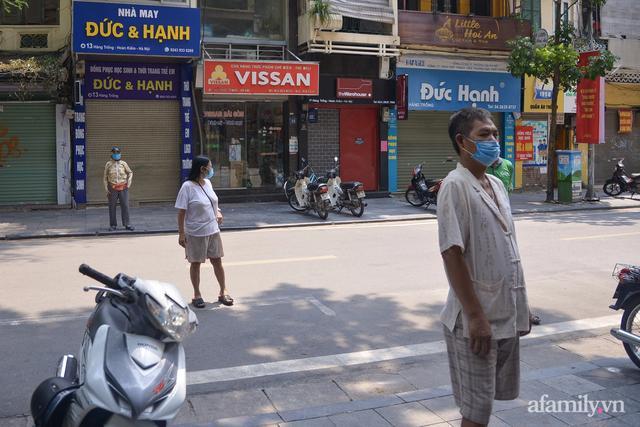 Một gia đình ở phố cổ Hà Nội bỏ tiền túi mua hơn 10 tấn gạo phát miễn phí cho người dân gặp khó khăn vì dịch - Ảnh 13.