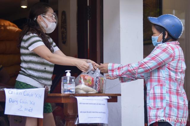 Một gia đình ở phố cổ Hà Nội bỏ tiền túi mua hơn 10 tấn gạo phát miễn phí cho người dân gặp khó khăn vì dịch - Ảnh 14.