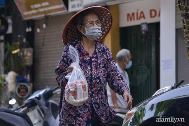 Một gia đình ở phố cổ Hà Nội bỏ tiền túi mua hơn 10 tấn gạo phát miễn phí cho người dân gặp khó khăn vì dịch - Ảnh 15.