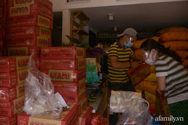 Một gia đình ở phố cổ Hà Nội bỏ tiền túi mua hơn 10 tấn gạo phát miễn phí cho người dân gặp khó khăn vì dịch - Ảnh 3.
