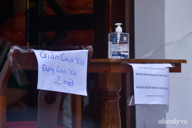 Một gia đình ở phố cổ Hà Nội bỏ tiền túi mua hơn 10 tấn gạo phát miễn phí cho người dân gặp khó khăn vì dịch - Ảnh 4.