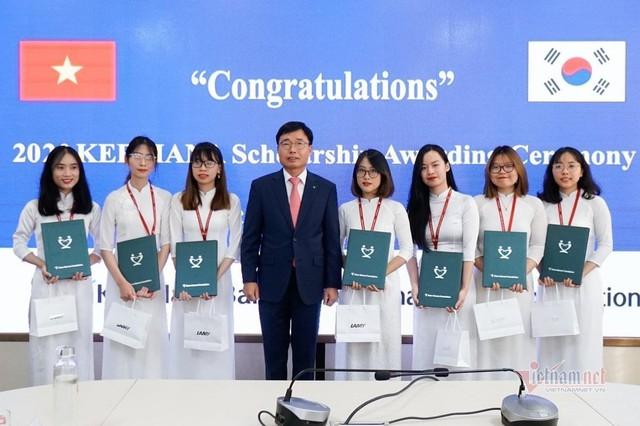 Nữ sinh Ngoại thương đạt điểm cao nhất thế giới môn Báo cáo tài chính - Ảnh 4.