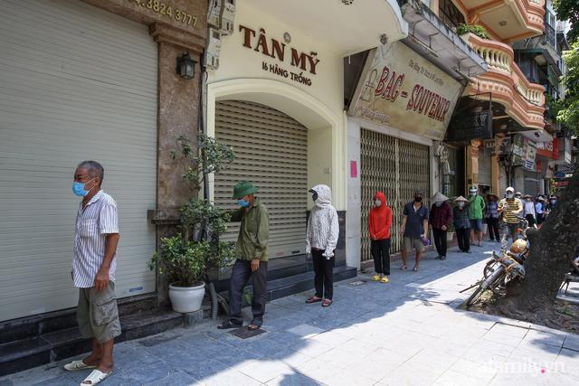 Một gia đình ở phố cổ Hà Nội bỏ tiền túi mua hơn 10 tấn gạo phát miễn phí cho người dân gặp khó khăn vì dịch - Ảnh 6.