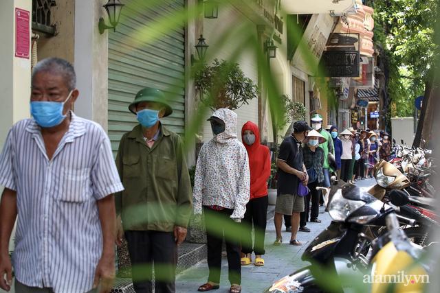 Một gia đình ở phố cổ Hà Nội bỏ tiền túi mua hơn 10 tấn gạo phát miễn phí cho người dân gặp khó khăn vì dịch - Ảnh 8.