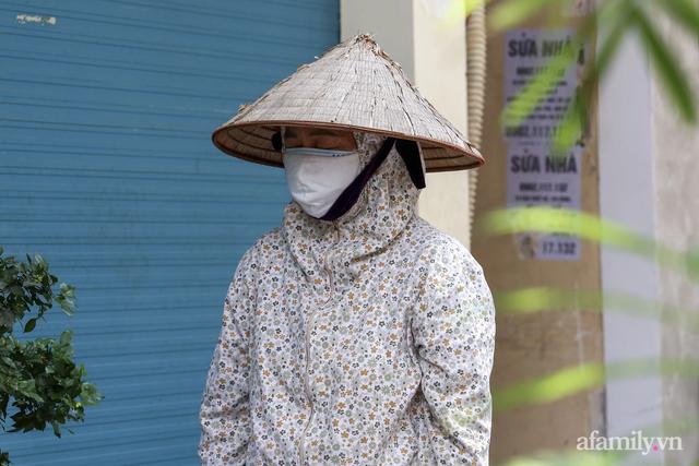 Một gia đình ở phố cổ Hà Nội bỏ tiền túi mua hơn 10 tấn gạo phát miễn phí cho người dân gặp khó khăn vì dịch - Ảnh 10.
