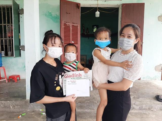 Trao tiền bạn đọc hỗ trợ 2 đứa trẻ có bố mất do tai nạn giao thông, mẹ bị tim bẩm sinh, ốm yếu - Ảnh 2.