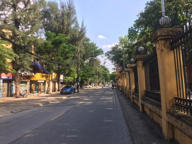 Lạ lùng cảnh phố phường Hà Nội trong ngày thứ 3 thực hiện giãn cách xã hội - Ảnh 5.