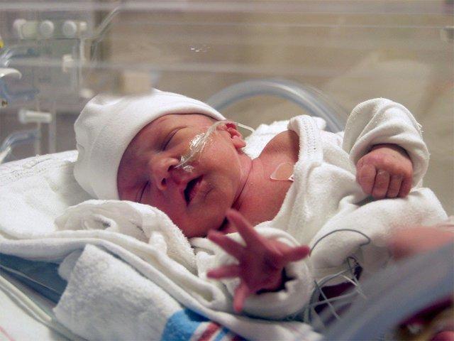 Bệnh viêm phổi thường gặp ở trẻ sơ sinh rất dễ gây tử vong và những dấu hiệu cha mẹ đặc biệt lưu ý - Ảnh 1.