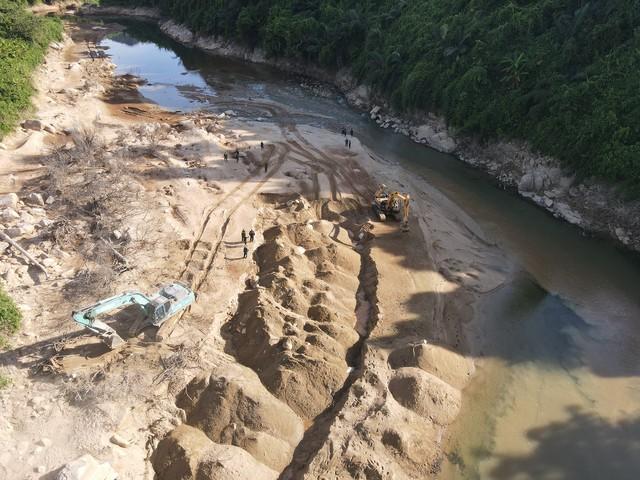 Nỗ lực tìm kiếm công nhân mất tích ở thủy điện Rào Trăng 3, tìm thấy nhiều vật dụng cá nhân - Ảnh 8.