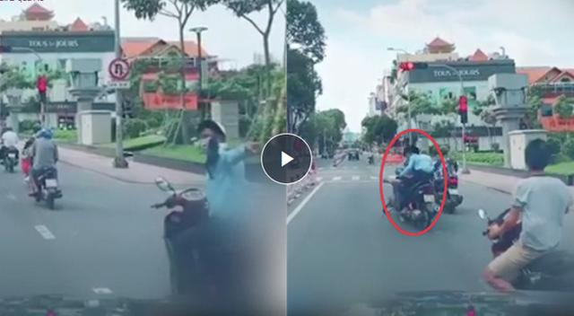 Chỉ vì cái chỉ tay phía sau, người đàn ông đi xe máy gây tai nạn kinh hoàng - Ảnh 1.