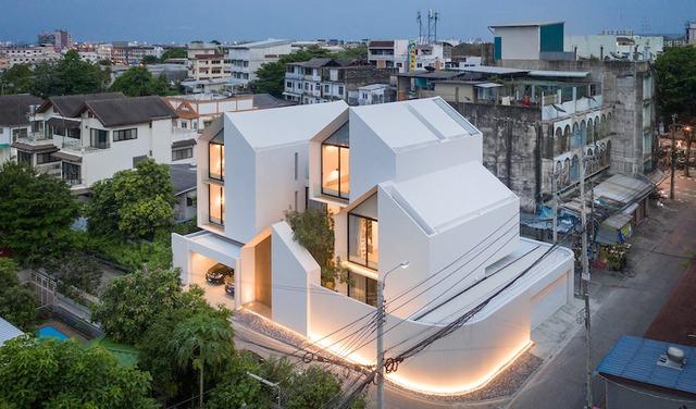 Căn nhà trắng tinh giữa phố có gì bên trong mà khiến ai vào cũng ngẩn ngơ muốn ở lại - Ảnh 1.