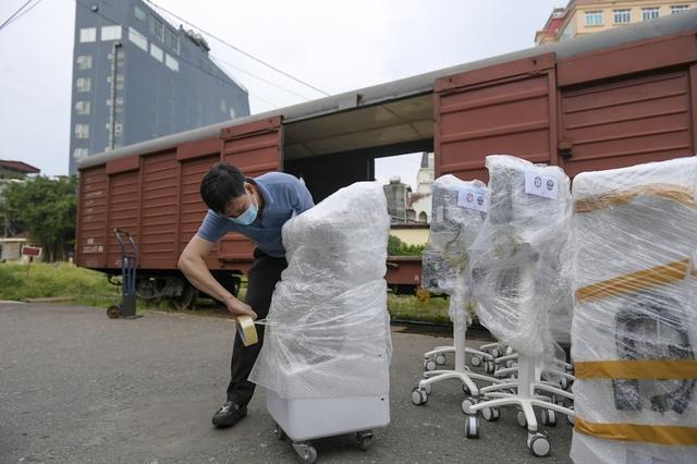 6h sáng mai, tàu chở 10 tấn thiết bị y tế từ Hà Nội vào TP.HCM - Ảnh 3.