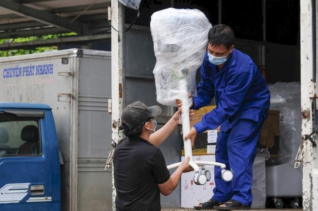 6h sáng mai, tàu chở 10 tấn thiết bị y tế từ Hà Nội vào TP.HCM - Ảnh 5.