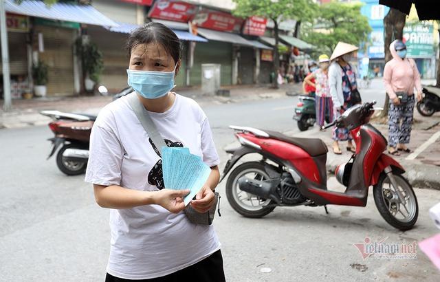 Hà Nội: Cầm thẻ, căn giờ, bịt kín ra chợ, mua nhanh về liền - Ảnh 1.