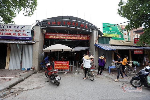 Hà Nội: Cầm thẻ, căn giờ, bịt kín ra chợ, mua nhanh về liền - Ảnh 2.