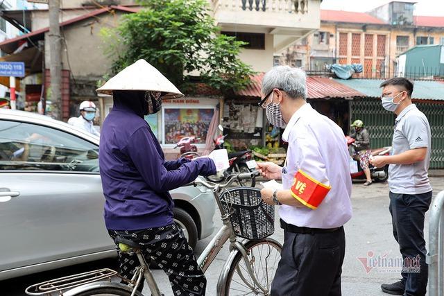 Hà Nội: Cầm thẻ, căn giờ, bịt kín ra chợ, mua nhanh về liền - Ảnh 4.