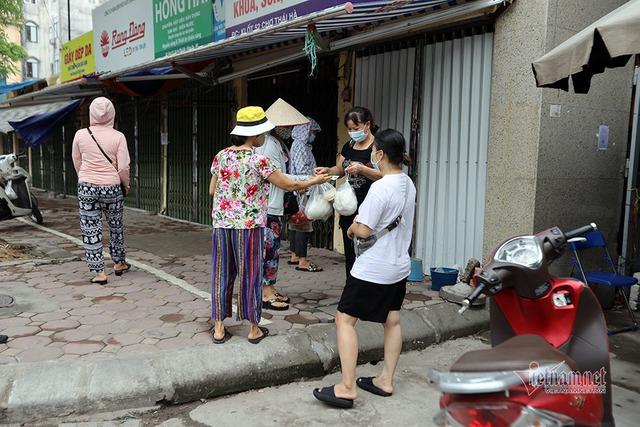 Hà Nội: Cầm thẻ, căn giờ, bịt kín ra chợ, mua nhanh về liền - Ảnh 7.