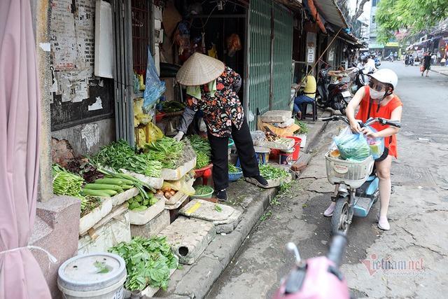 Hà Nội: Cầm thẻ, căn giờ, bịt kín ra chợ, mua nhanh về liền - Ảnh 9.