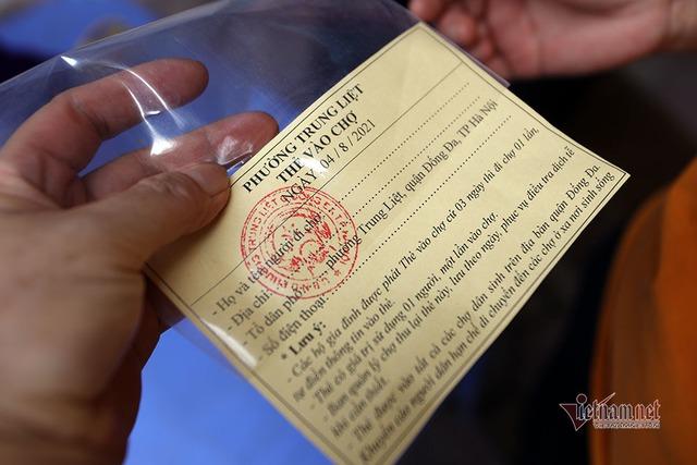 Hà Nội: Cầm thẻ, căn giờ, bịt kín ra chợ, mua nhanh về liền - Ảnh 10.
