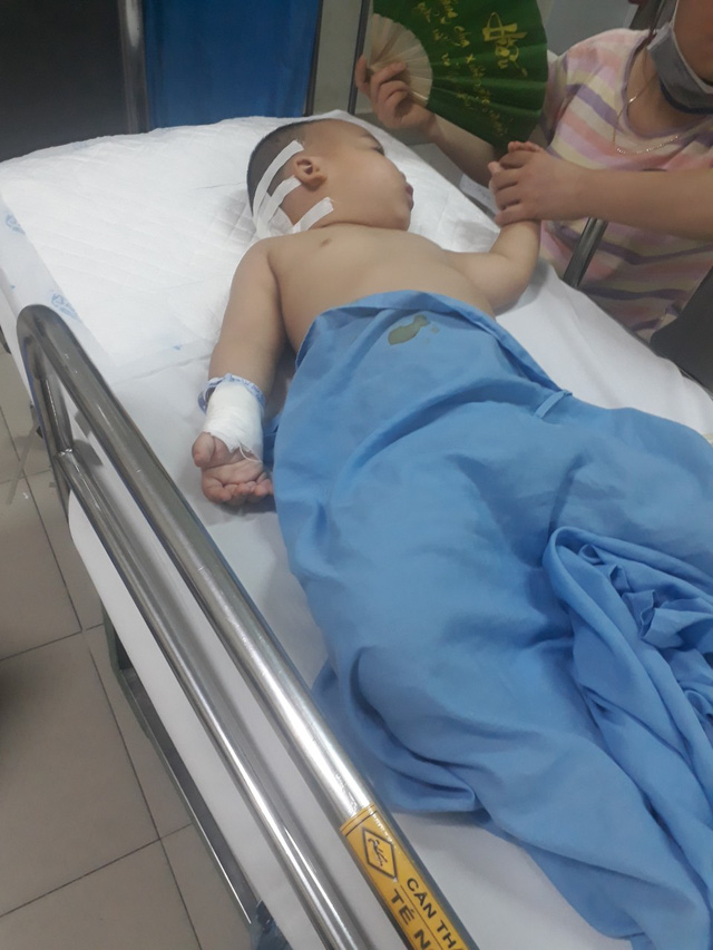 Xót xa hoàn cảnh bé trai 2 tuổi mờ hai mắt vì căn bệnh u não - Ảnh 2.