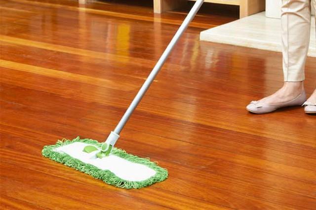 Ở nhà lâu ngày vì dịch, hãy tranh thủ làm bóng sàn gỗ nhà mình bằng cách cực hay với loại quả rẻ tiền luôn có sẵn trong nhà bếp - Ảnh 2.
