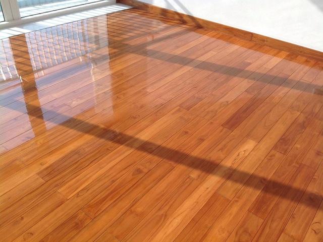 Ở nhà lâu ngày vì dịch, hãy tranh thủ làm bóng sàn gỗ nhà mình bằng cách cực hay với loại quả rẻ tiền luôn có sẵn trong nhà bếp - Ảnh 1.