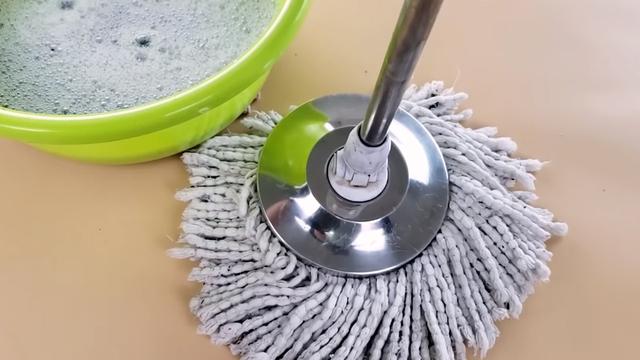Chổi lau nhà bẩn, đen, hôi vì lâu lắm rồi bạn chưa vệ sinh, hãy nhúng ngay vào xô nước này để nó sạch thơm trở lại - Ảnh 3.