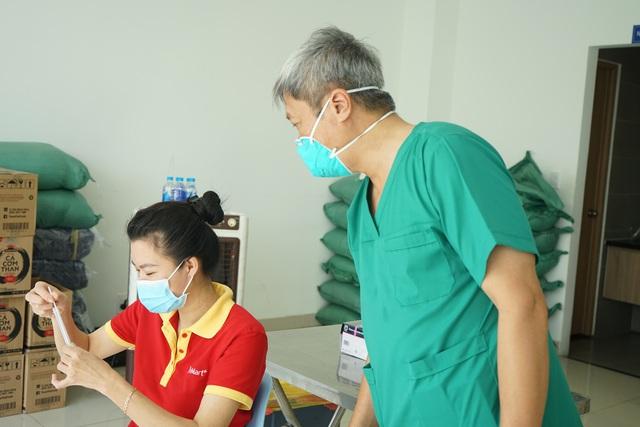 Người dân ở tâm dịch an tâm tự test nhanh COVID-19 tại nhà - Ảnh 3.