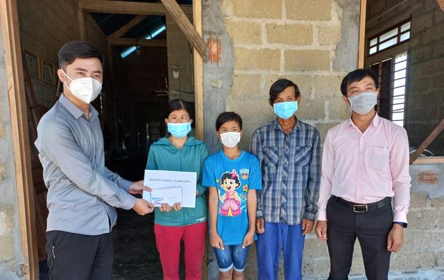 Trao tiền bạn đọc hỗ trợ đến gia đình có hoàn cảnh khó khăn ở Thừa Thiên Huế - Ảnh 2.