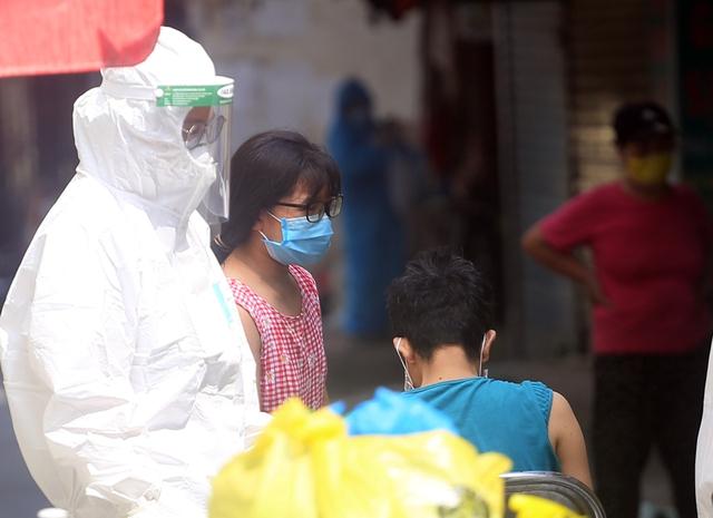 Hà Nội: Liên tiếp phát hiện người mắc COVID-19, các chốt kiểm soát ngõ 328, 330 Nguyễn Trãi thắt chặt - Ảnh 7.