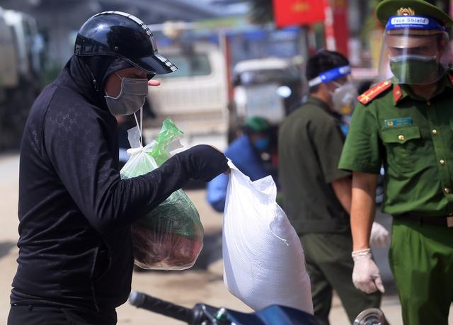 Hà Nội: Liên tiếp phát hiện người mắc COVID-19, các chốt kiểm soát ngõ 328, 330 Nguyễn Trãi thắt chặt - Ảnh 14.