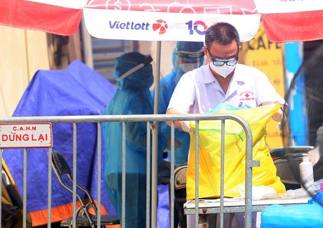 Hà Nội: Liên tiếp phát hiện người mắc COVID-19, các chốt kiểm soát ngõ 328, 330 Nguyễn Trãi thắt chặt - Ảnh 10.
