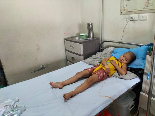 Xót thương bé gái 5 tuổi đau đớn vì bệnh ung thư - Ảnh 2.