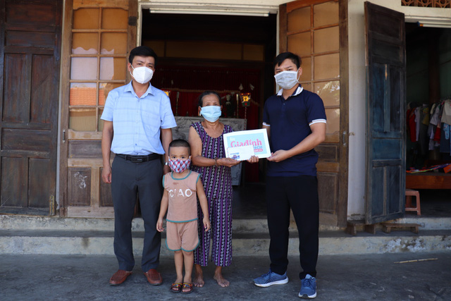 Báo Sức khỏe và Đời sống trao tiền bạn đọc đến hoàn cảnh khó khăn ở Quảng Bình - Ảnh 2.