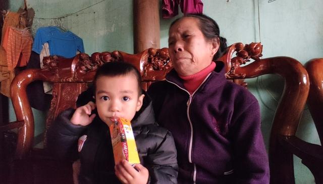 Báo Sức khỏe và Đời sống trao tiền bạn đọc đến hoàn cảnh khó khăn ở Quảng Bình - Ảnh 1.