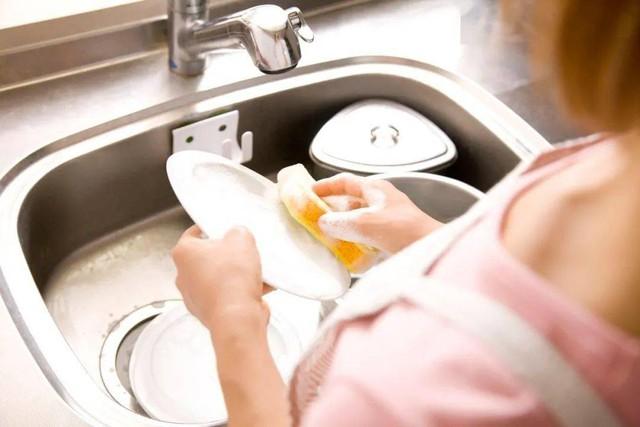 Nơi bẩn nhất trong nhà không phải là phòng vệ sinh mà chính là khu vực này: Bạn dùng mỗi ngày nhưng chắc chắn chưa biết cách vệ sinh cho đúng! - Ảnh 2.