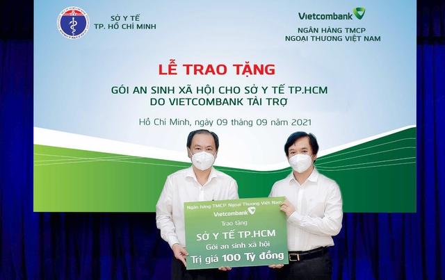 Vietcombank trao tặng gói an sinh xã hội 100 tỷ đồng cho Sở Y tế thành phố Hồ Chí Minh - Ảnh 1.