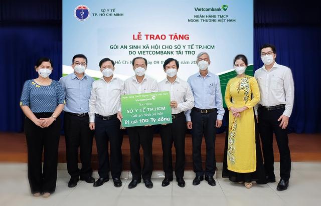 Vietcombank trao tặng gói an sinh xã hội 100 tỷ đồng cho Sở Y tế thành phố Hồ Chí Minh - Ảnh 3.