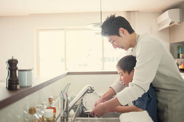Chồng lương cao gấp 10 lần vợ vẫn hạnh phúc khi rửa bát, lau nhà  - Ảnh 1.