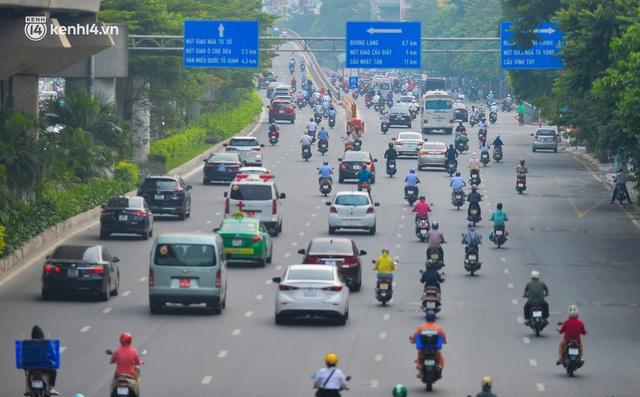 Đường phố Hà Nội đông nghịt xe cộ sáng đầu tuần - Ảnh 4.