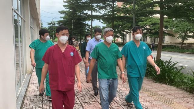 Thứ trưởng Bộ Y tế Nguyễn Trường Sơn thăm và động viên các y bác sĩ tại Bệnh viện dã chiến thu dung điều trị COVID-19 số 12 - Ảnh 2.