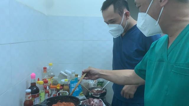 Thứ trưởng Bộ Y tế Nguyễn Trường Sơn thăm và động viên các y bác sĩ tại Bệnh viện dã chiến thu dung điều trị COVID-19 số 12 - Ảnh 4.