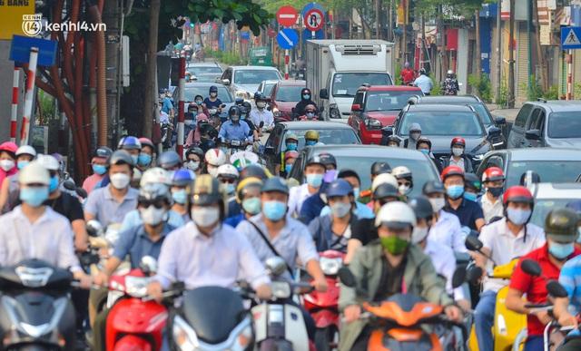 Đường phố Hà Nội đông nghịt xe cộ sáng đầu tuần - Ảnh 13.