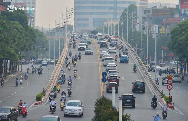 Đường phố Hà Nội đông nghịt xe cộ sáng đầu tuần - Ảnh 14.