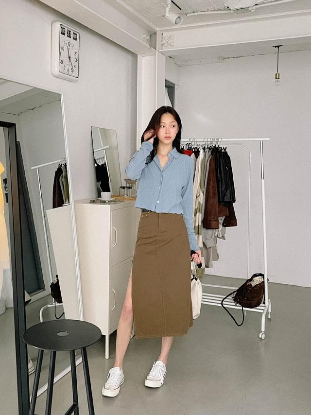Muốn trẻ ra cả chục tuổi, nàng công sở không thể bỏ qua 3 cách mix trang phục với giày sneaker trắng dưới đây - Ảnh 2.