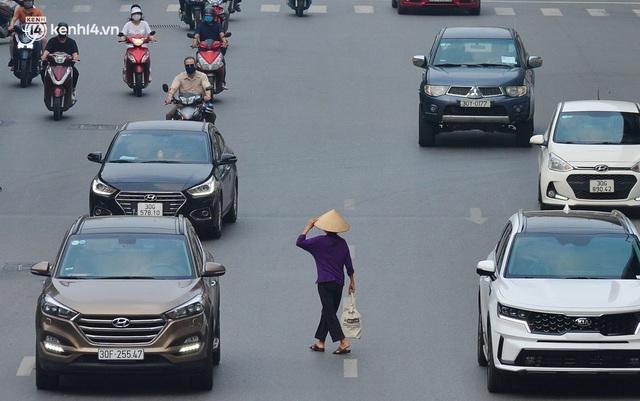 Đường phố Hà Nội đông nghịt xe cộ sáng đầu tuần - Ảnh 5.