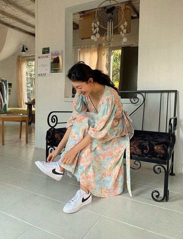 Muốn trẻ ra cả chục tuổi, nàng công sở không thể bỏ qua 3 cách mix trang phục với giày sneaker trắng dưới đây - Ảnh 6.