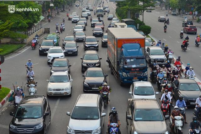 Đường phố Hà Nội đông nghịt xe cộ sáng đầu tuần - Ảnh 6.