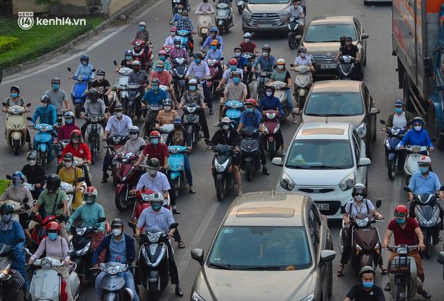 Đường phố Hà Nội đông nghịt xe cộ sáng đầu tuần - Ảnh 7.